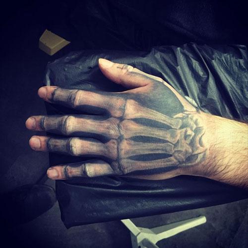 tattoo en la mano bones