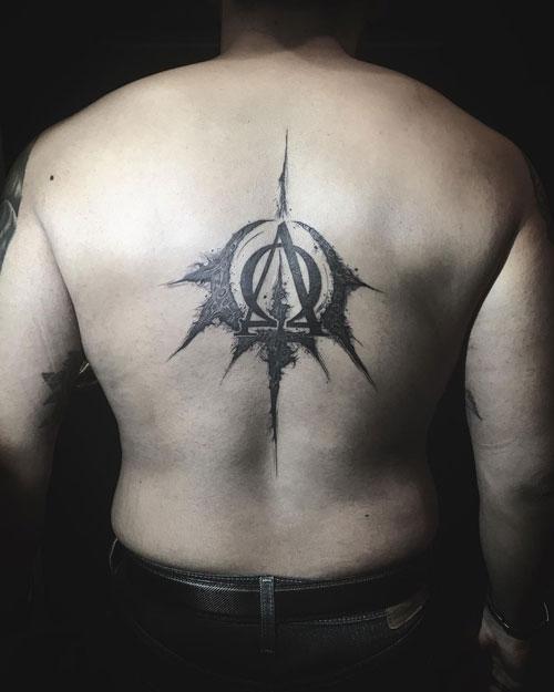 tatuaje alfa y omega en espalda