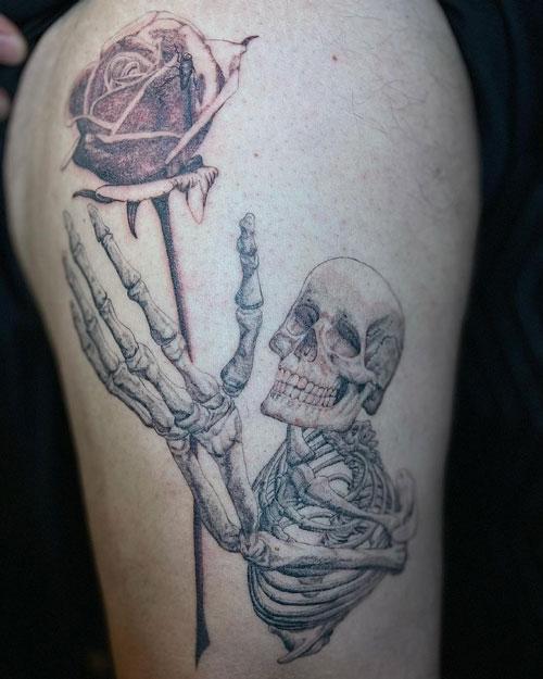 tatuaje de esqueleto y rosa