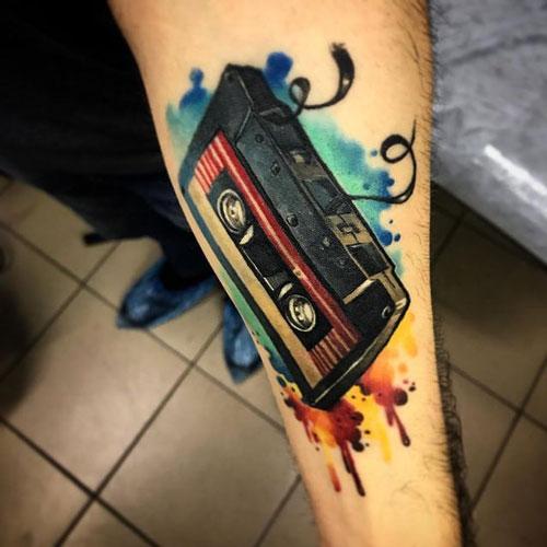 tatuaje de un cassette a color