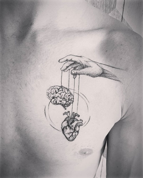 tatuaje en negro de cerebro