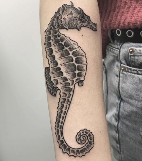 tatuaje en negro y gris de caballito de mar