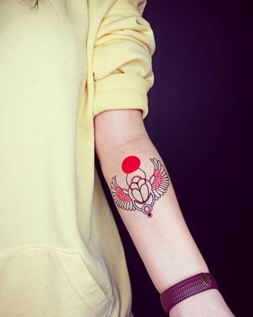 tatuaje escarabajo en rojo