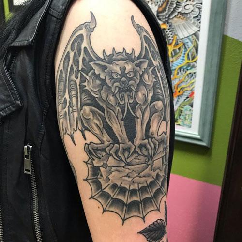 tatuaje gargola en hombro