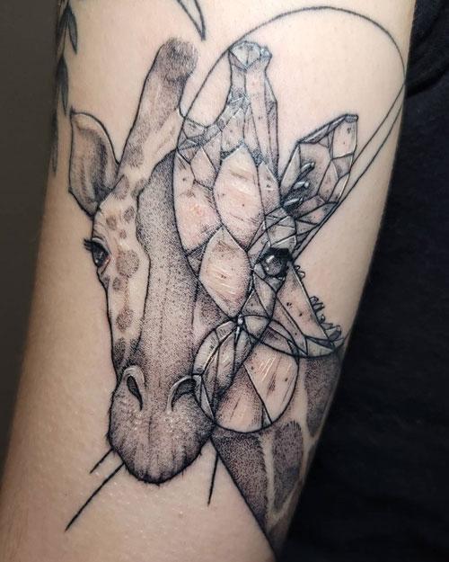 tatuaje geometrico jirafa