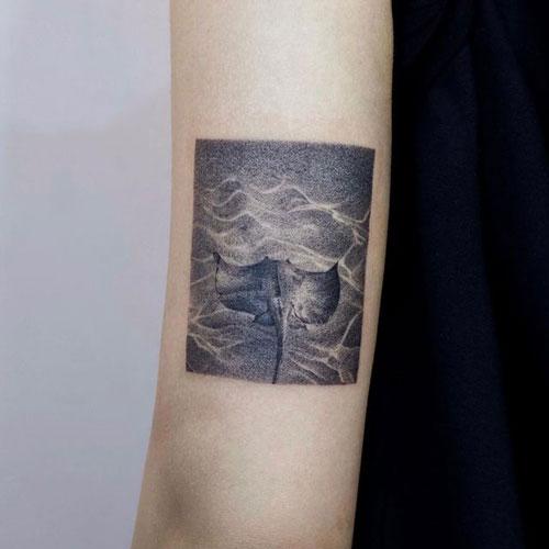 tatuaje mantarraya y mar
