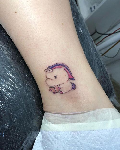 tatuaje unicornio y libro