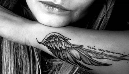 alas en el brazo tattoo