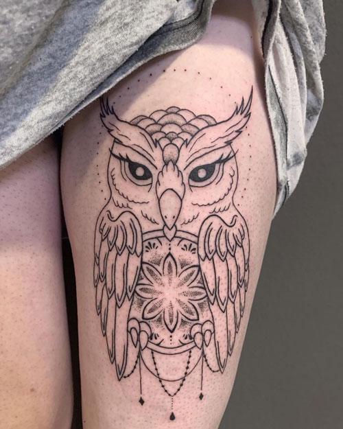 buho tattoo en piernas