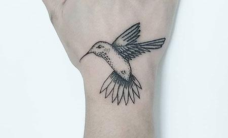 colibri tatuaje en la mano