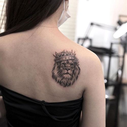 leon con corona tattoo