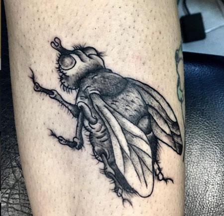 tattoo de mosca en negro
