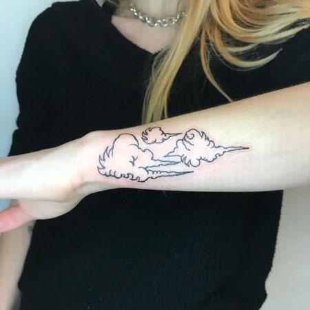 tattoo de nubes en brazo