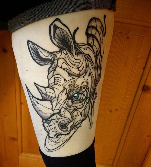 tattoo en pierna de mujer rinoceronte