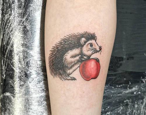 tattoo erizo y manzana