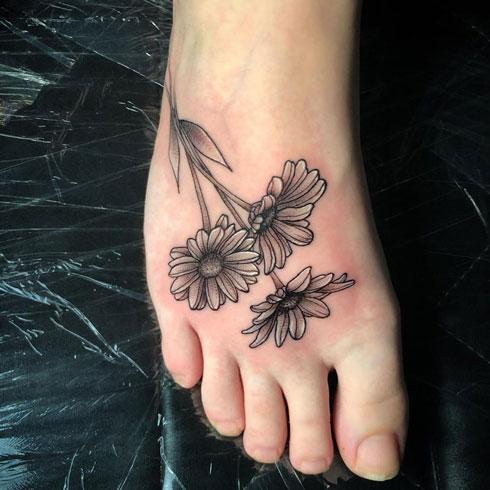 tattoo flor de margarita en el pie