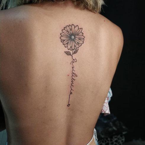 tattoo flor margarita en espalda