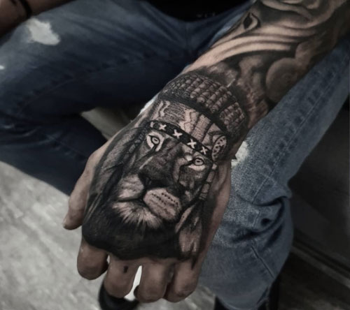 tattoo leon en mano