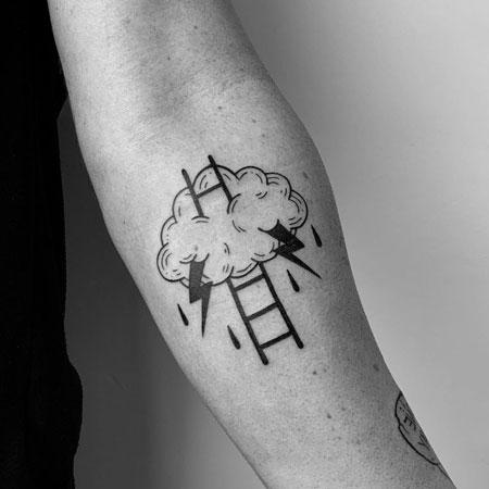 tattoo nube y escalera