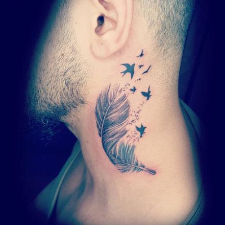 tattoo pluma en el cuello