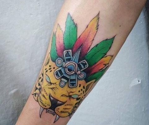 tatuaje a color de guerrero azteca