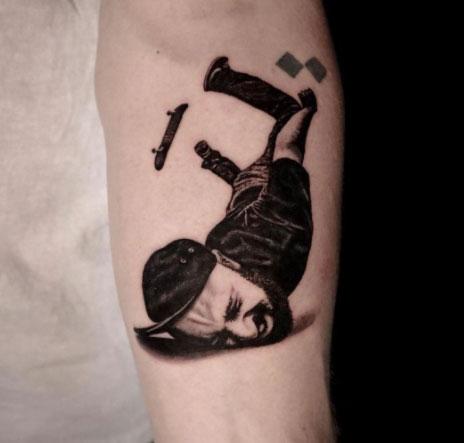 tatuaje cayendo de patineta