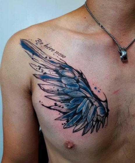 tatuaje de ala en el pecho