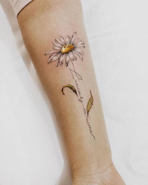 tatuaje de flor en antebrazo