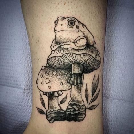 tatuaje de hongo y sapo