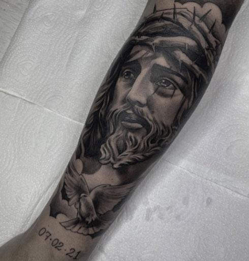 tatuaje de jesus en el brazo