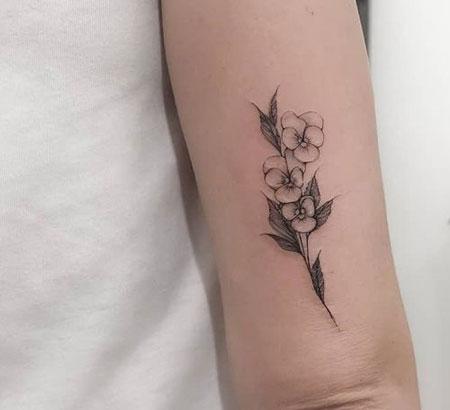 tatuaje de violeta en gris