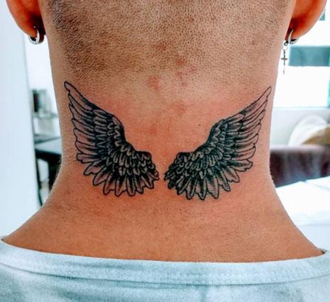 tatuaje en negro de alas