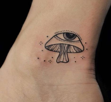 tatuaje hongo y ojo