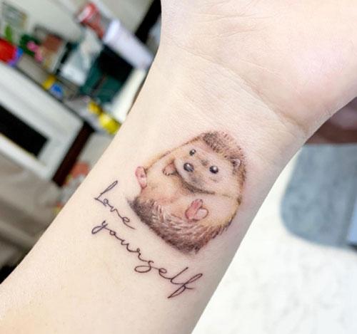 tatuaje lindo de erizo