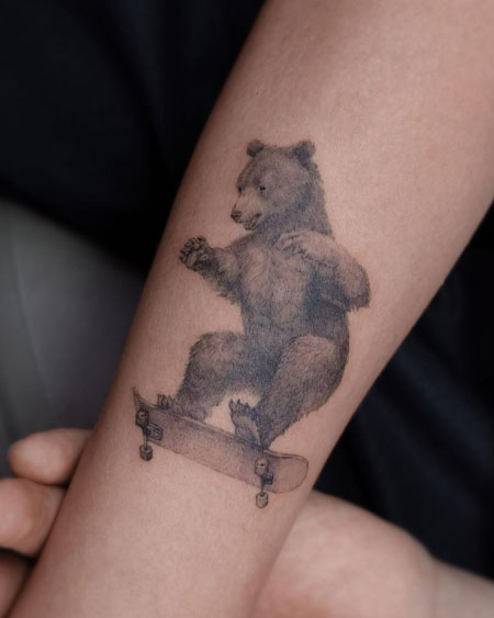 tatuaje oso patinando
