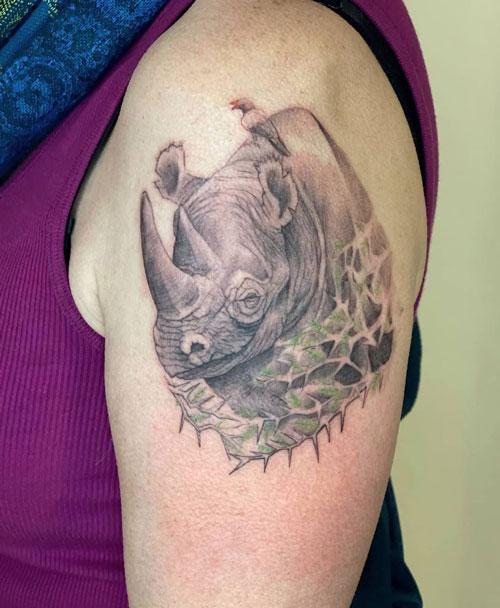 tatuaje para mujer de rinoceronte