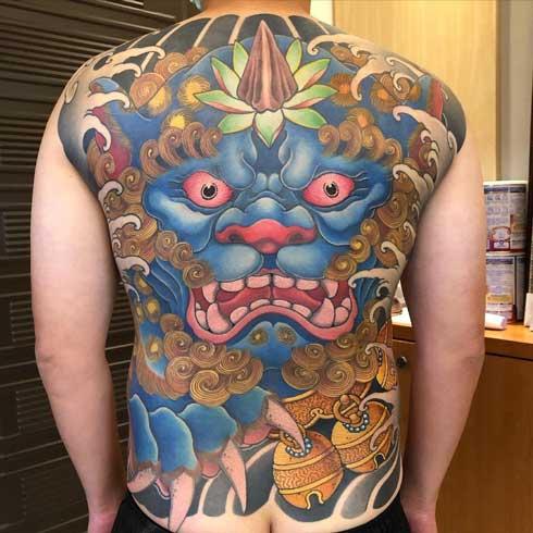 foo dog tattoo en espalda