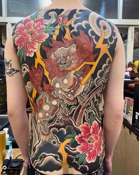 fu dog tatuaje en la espalda