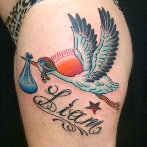 tattoo cigueña y niño