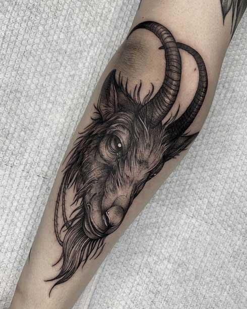 tattoo de cabra en gris y negro