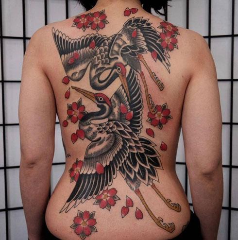 tattoo en espalda con grulla