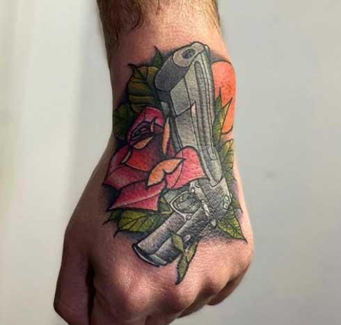 tattoo en la mano imagen de una pistola
