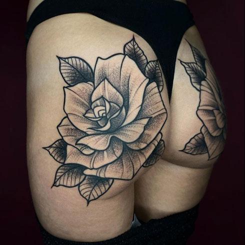 tattoo rosas en gluteo