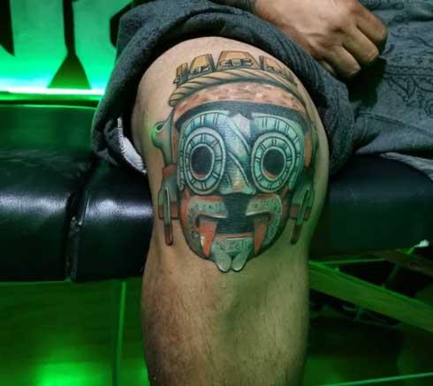 tattoo tlaloc en rodilla
