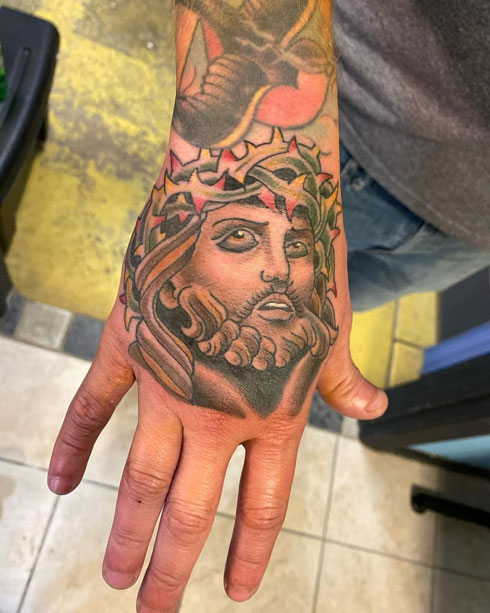 tatuaje a color en la mano