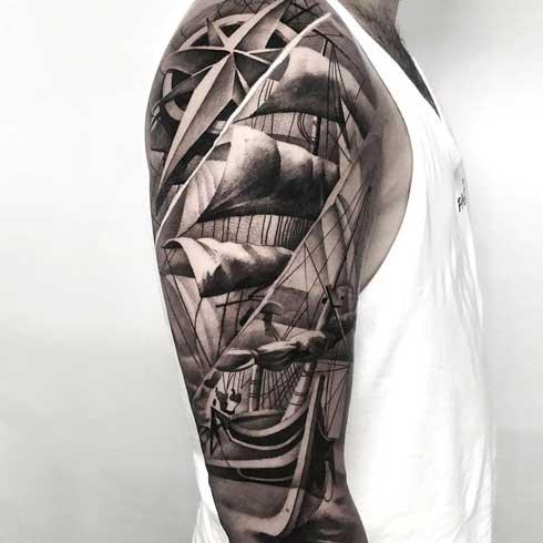 tatuaje barco en el hombro