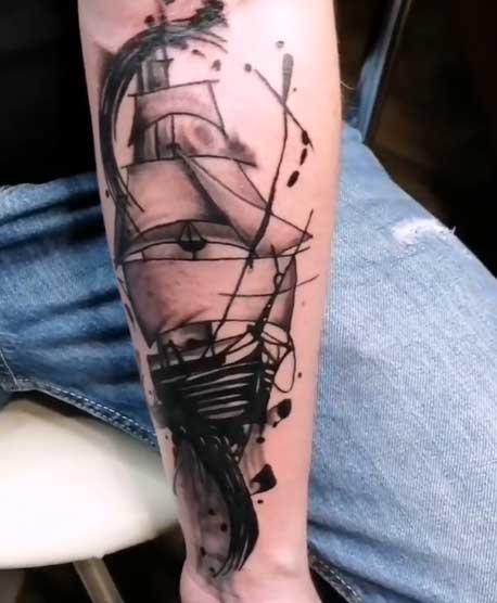 barco tatuaje en brazo
