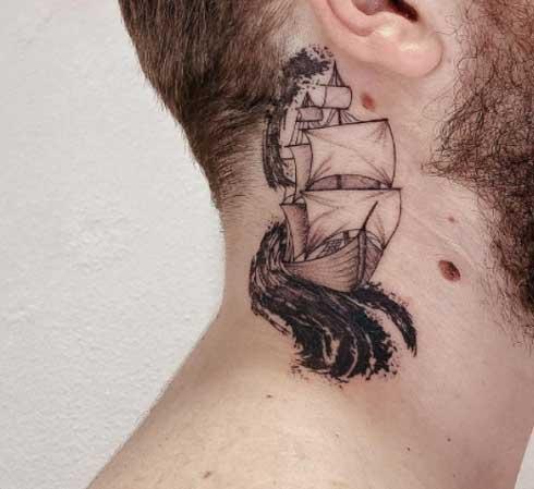 tatuaje de barco en el cuello