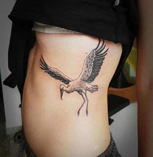 tatuaje de cigueña en negro
