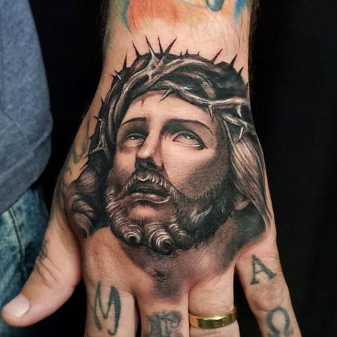 tatuaje de dios en la mano